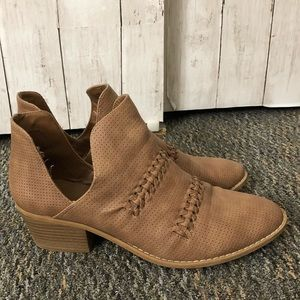 Women's Universal Thread Size 11 ankle boots